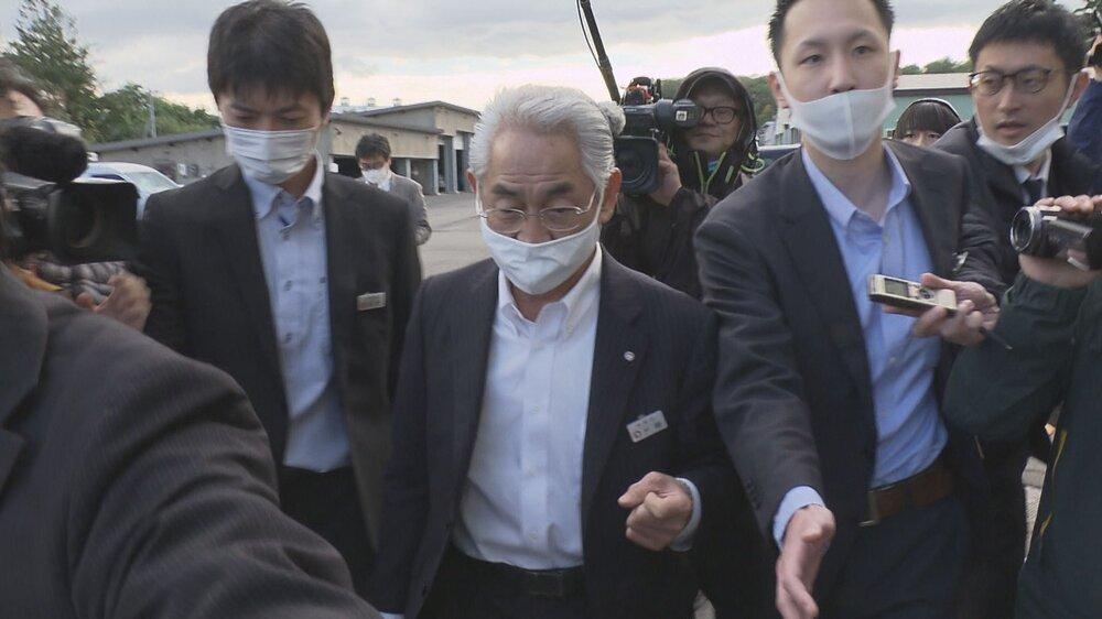 寿都町で報道陣に囲まれる片岡町長.jpg